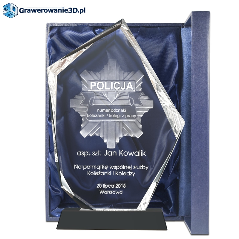Dla Policjanta prezent od kolegów z pracy - grawerowana statuetka z odznaką policyjną z indywidualnymi numerami policjanta, który ma otrzymac statuetkę